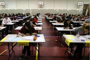 15.06_epreuve-bac-examen-eleves-travaillent-salle-gymnase-alsace_630x420_scalewidth_300